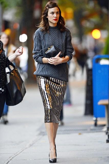 Алекса Чанг в свитере и блестящей, полосатой юбке