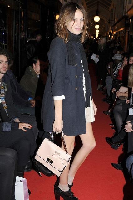 Алекса Чанг в темно-синем пальто, ботильонах на толстом каблуке и сумкой от Luella