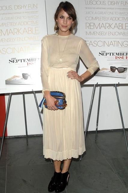 Алекса Чанг в винтажном платье кремового цвета , с сумкой в стиле ретро от Louis Vuitton и черных ботильонах