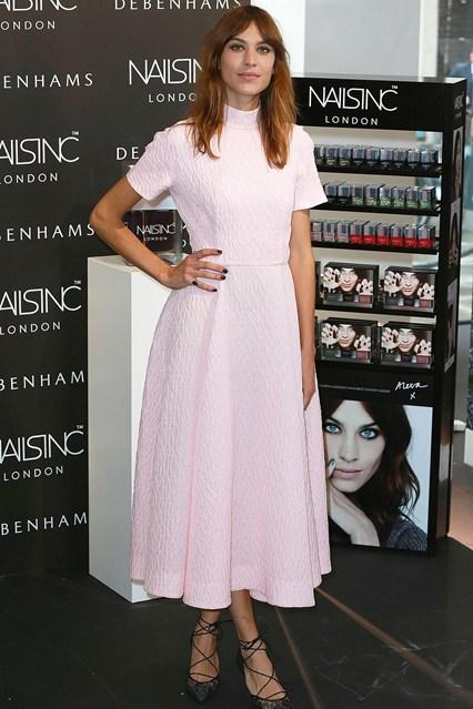 Алекса Чанг в женственном удлиненном платье нежно розового цвета от Emilia Wickstead