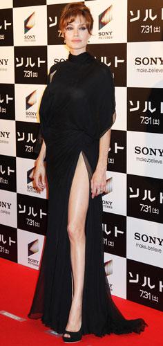 Анжелина Джоли в черном платье с разрезом