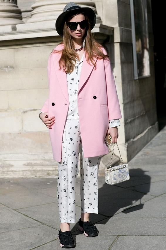 Белый свободный костюм, так напоминающий по виду и крою пижаму, прекрасно служит базой нежно-розовому пальто