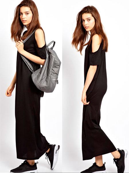 Девушка в черном платье и кроссовках