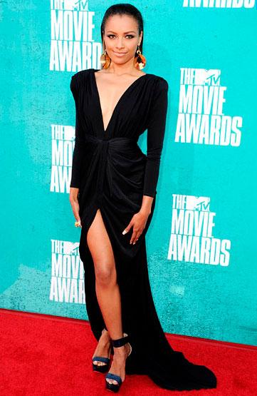 Кэт Грэхэм в черное платье с золотыми сережками