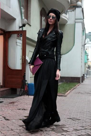 Девушка в черном платье с розовым клатчем