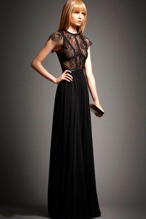 Девушка с клатчем в черное платье в пол