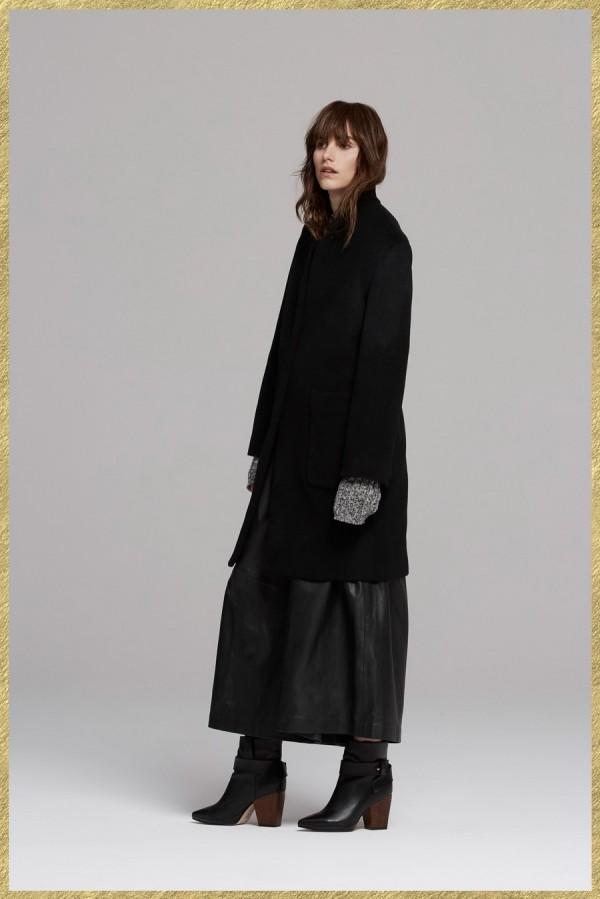 Модель в черном свободном пальто и кожаной юбке - тенденции моды осень/зима 2015/2016
