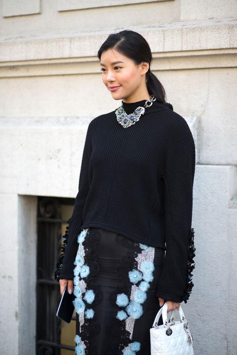 Черный цвет может выглядеть нежно, достаточно разбавить его небесными или лазурными цветами, а также утонченными винтажными аксессуарами
