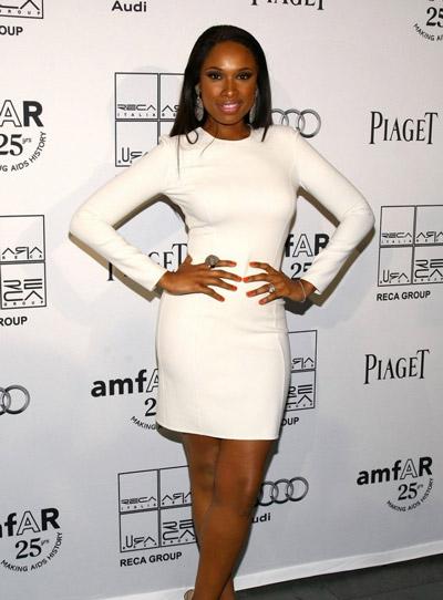 Девушка в белом коротком платье и босоножках