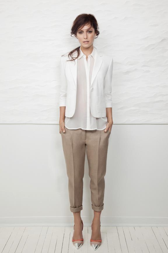 Девушка в белой блузе и белом жакете