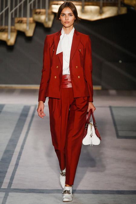 Девушка в белой блузке и красном костюме