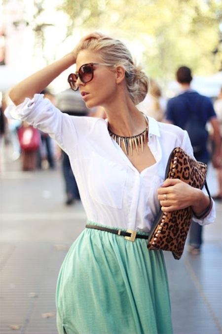 Девушка в белой блузке и салатовой юбке