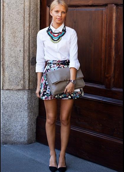 Девушка в белой блузке и юбке с цветочным принтом