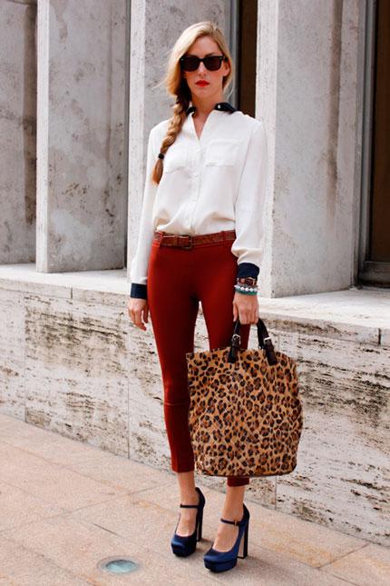 Девушка в белой блузке с леопардовой сумкой