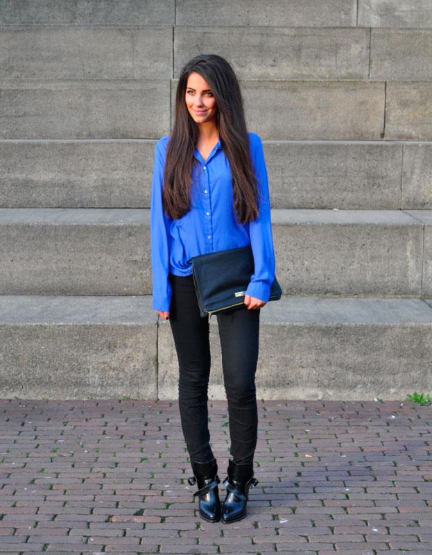 Девушка в черных брюках и синей блузке