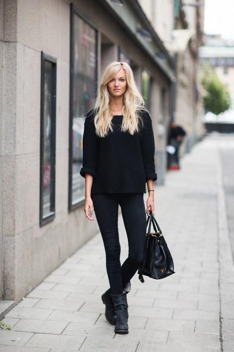 Девушка в черных джинсах и черном свитшоте