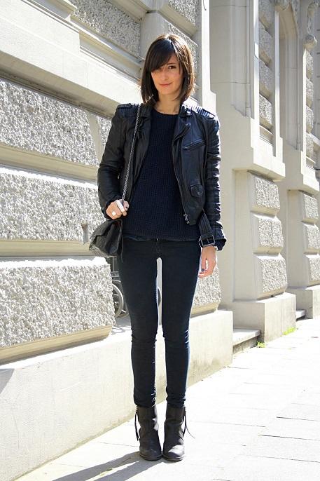 Девушка в черных джинсах и черной косухе
