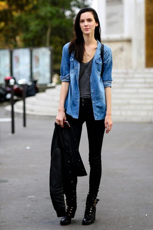 Девушка в черных джинсах и джинсовой рубашке