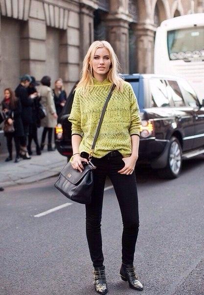 Девушка в черных джинсах и лимонной кофте