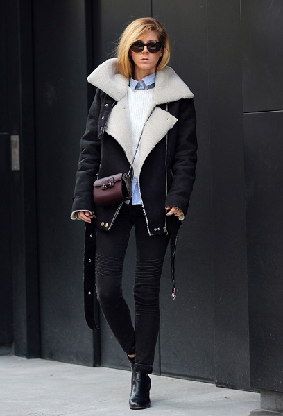 Девушка в черных джинсах и объемной дубленке