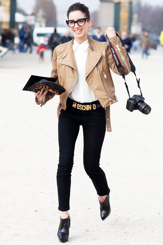 Девушка в черных джинсах с ремнем Moscino