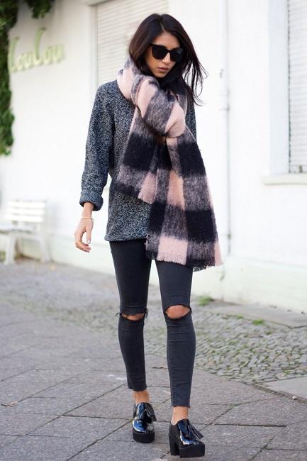 Девушка в черных рваных на коленях джинсах