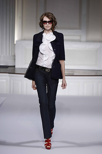 Девушка в деловом образе, основанном на черных джинсах