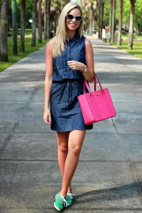 Короткий джинсовый сарафан очень круто смотрится с контрастного цвета кедами и сумкой