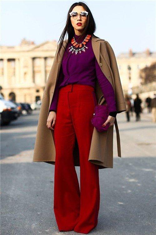 Девушка в фиолетовой блузке и красных брюках клеш