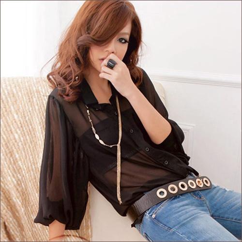 Девушка в коричневой блузке и джинсах