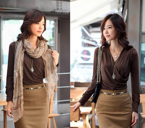 Девушка в коричневой блузке и юбке