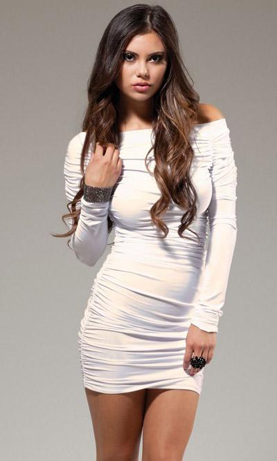 Девушка в коротком белом платье и на каблуках
