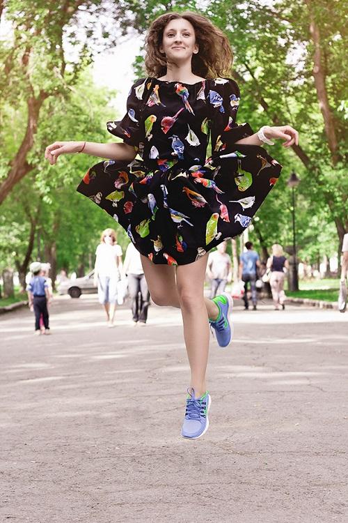Платье с веселым принтом, небесно-синие кроссовки - воздушный и комфортный образ