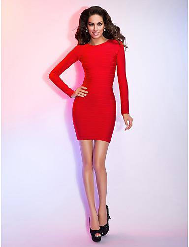 Девушка в красном коротком обтягивающем платье