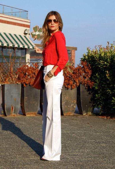 Девушка в красной блузке и белых брюках