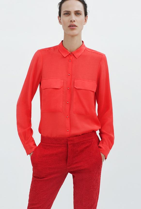 Девушка в красной блузке и красных брюках