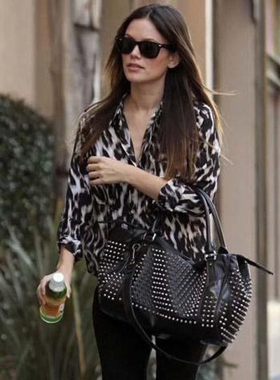 Девушка в леопардовой блузке, элегантный уличный стиль