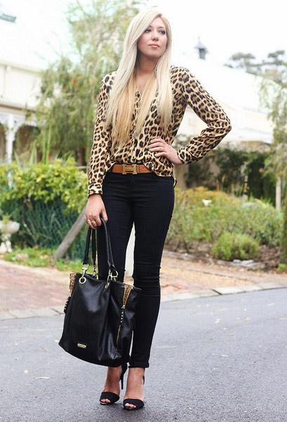 Девушка в леопардовой блузке и черных брюках