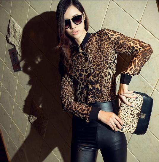 Девушка в леопардовой блузке и кожаных лосинах