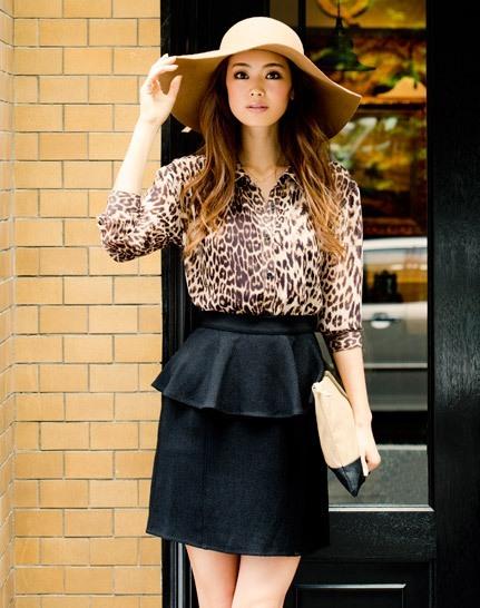 Девушка в леопардовой блузке и юбке с баской