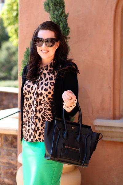 Девушка в леопардовой блузке и зеленой юбке