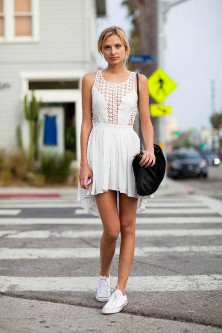 Маленькое легкое белое платье можно сочетать с кедами любого цвета, но с белыми, вы будете похожи на милого уличного ангела