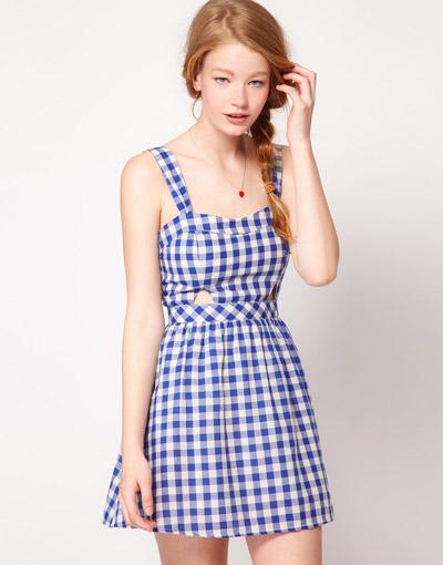 Девушка в маленьком платье в клетку виши
