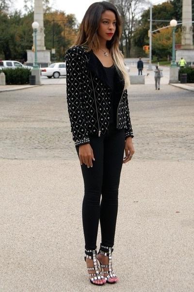 Девушка в необычном жакете, обтягивающих джинсах и босоножках