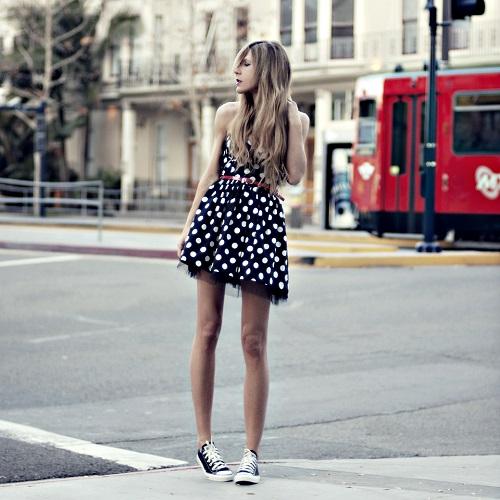 """Короткое платье должно быть максимально женственным тогда сочетание с такой """"мальчишеской"""" обувью будет гораздо интереснее"""