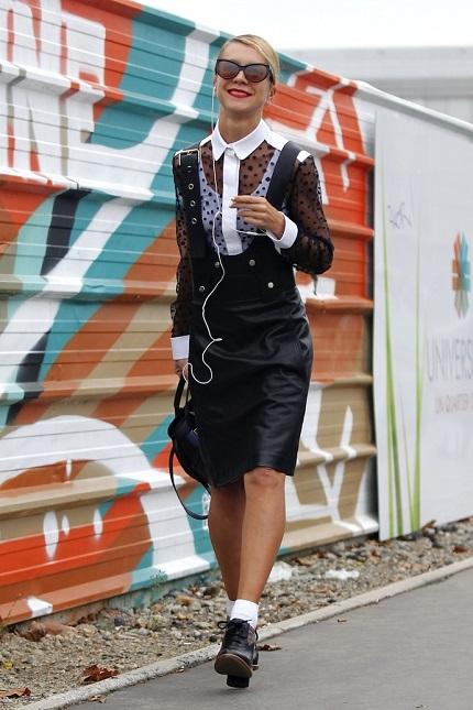 Девушка в прозрачной блузке и кожаном комбинезоне