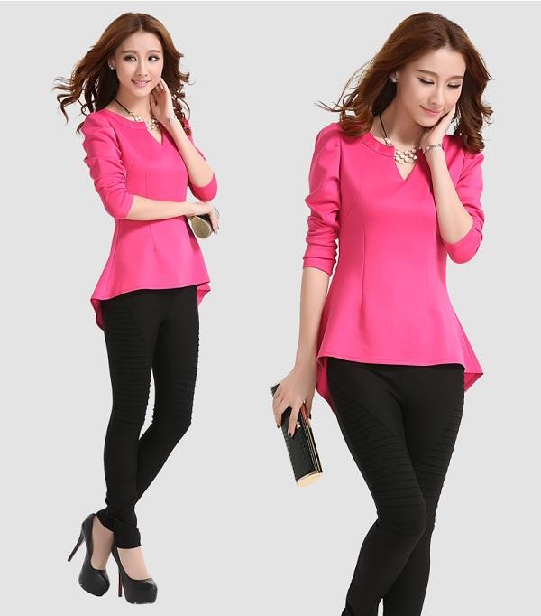 Девушка в розовой блузке и черных брюках