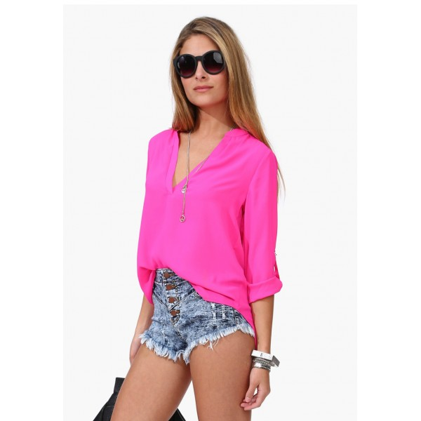 девушка в розовом лифчике и синих шортах