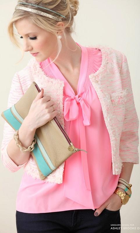Девушка в розовой блузке и жакете в стиле шанель