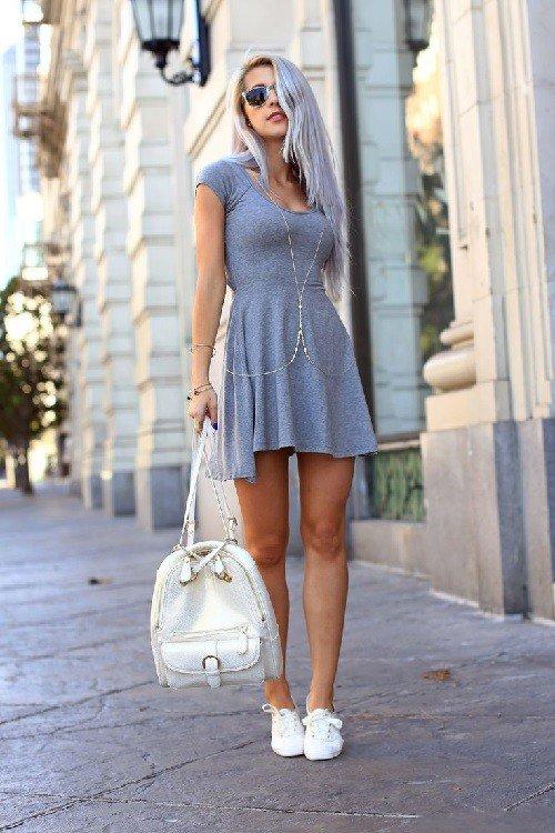 Полуспортивное короткое платье в сочетании с легкими кедами массивной спортивной сумкой - отличный уличный лук